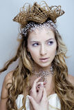 Junge Schneekönigin der Schönheit in den feenhaften Blitzen mit Krone auf ihrem Kopf Lizenzfreies Stockfoto