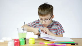 Junge schneidet Papier mit Scheren stock video footage