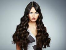 Junge Schönheit des Porträts mit dem gelockten Haar Lizenzfreies Stockbild