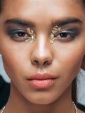 Junge Schönheitsafroamerikanerfrau mit Mode Stockfotos