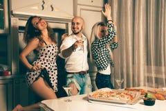 Junge Schönheitsfreunde, die zu Hause Partei tanzen Lizenzfreies Stockfoto