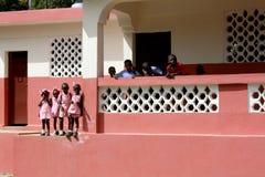 Junge Schulkinder in ländlichem Haiti stockbilder