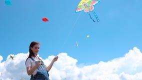 A, Junge, schwanger, Mädchen, Overall, Produkteinführungen, Drachen, gegen, Blau, Himmel, Wolken stock video