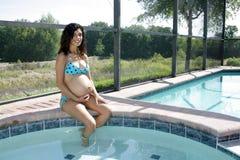 Junge-schwangere Frau Poolside (4) Stockbild
