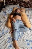 Junge-schwangere Frau Schwangere Schönheit schläft auf Mutterschaftskissen im Bett lizenzfreie stockfotografie
