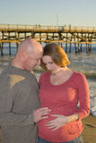 Junge-schwangere Paare, die unten schauen Lizenzfreies Stockfoto
