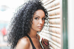 Junge schwarze Frau, Afrofrisur lizenzfreie stockbilder