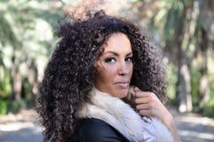 Junge schwarze Frau, Afrofrisur, im städtischen Hintergrund lizenzfreie stockfotografie