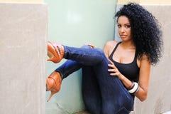 Junge schwarze Frau, Afrofrisur, im städtischen Hintergrund stockfoto