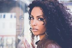 Junge schwarze Frau, Afrofrisur, im städtischen Hintergrund lizenzfreies stockbild