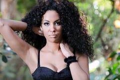 Junge schwarze Frau, Afrofrisur, im städtischen Hintergrund Lizenzfreie Stockfotos