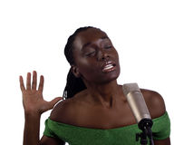 Junge schwarze Frau an den Mikrofonaugen geschlossen Lizenzfreie Stockfotos