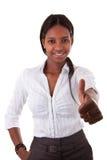 Junge schwarze Frau, die Daumen bildet Stockfotos