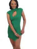 Junge schwarze Frau, die ihr grünes Kleid unsnapping ist Lizenzfreie Stockfotos
