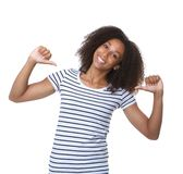 Junge schwarze Frau, die mit Daumenzeichen lächelt Stockbilder