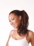 Junge schwarze Frau, die mit Klammern lächelt Lizenzfreies Stockbild
