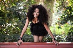 Junge schwarze Frau, die mit Klammern lächelt Lizenzfreie Stockbilder