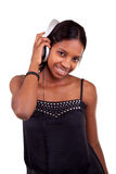 Junge schwarze Frau, die Musik hört stockfotografie