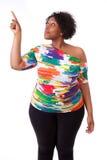 Junge schwarze Frau, die oben - afrikanische Leute zeigt Stockfotografie