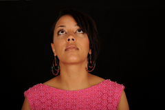 Junge schwarze Frau, die oben schaut Stockfotografie