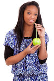 Junge schwarze Frau, die Orangensaft trinkt Lizenzfreies Stockfoto