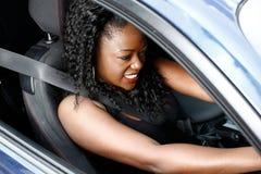 Junge schwarze Frau, die in Sicherheits-Sicherheitsgurt fährt Lizenzfreies Stockfoto