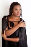 Junge schwarze Frau, die stark und überzeugt schaut Stockfotografie