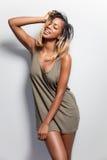 Junge schwarze Frau in einem Pullunder lizenzfreies stockfoto