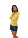 Junge schwarze Frau im gelben Strickjacke- und Baumwollstoffrock Stockfoto