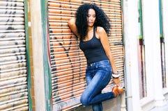Junge schwarze Frau im städtischen Hintergrund lizenzfreie stockbilder