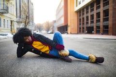 Junge schwarze Frau liegt an der Stadtstraße stockbilder