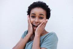 Junge schwarze Frau mit überraschtem Ausdruck auf Gesicht Lizenzfreie Stockfotos