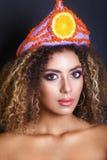 Junge schwarze Frau mit Afrofrisur und bilden Ethnische Frau mit Blumen- und Fruchtdiadem lizenzfreies stockfoto