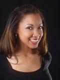 Junge schwarze Frau mit großem Lächeln und Klammern stockfoto