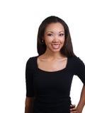 Junge schwarze Frau mit großem Lächeln und Klammern Stockfotografie