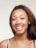 Junge schwarze Frau mit großer Lächelnklammer Stockfoto
