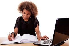 Junge schwarze Frauen, die an Schreibtisch mit Computer arbeiten Lizenzfreies Stockfoto