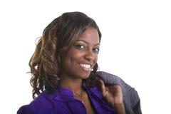 Junge schwarze Frauen-Jacke auf Schulter lizenzfreie stockfotografie