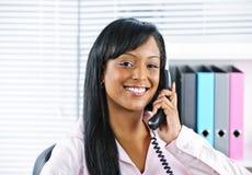 Junge schwarze Geschäftsfrau, die am Telefon spricht Lizenzfreies Stockbild