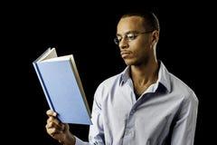 Junge schwarze männliche Lesung lizenzfreie stockbilder
