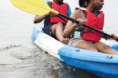 Junge schwarze Paare, die in einem See canoeing sind stockbild