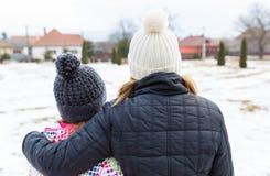 Junge Schwestern, die zum Abstand schauen Lizenzfreies Stockbild