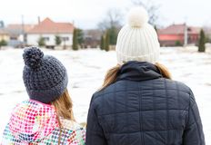 Junge Schwestern, die zum Abstand schauen Lizenzfreies Stockfoto