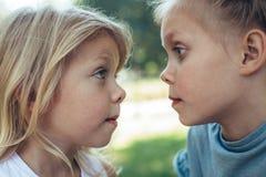 Junge Schwestern, die zusammen Sommer genießen lizenzfreie stockfotografie