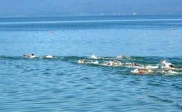 Junge schwimmende Männer Stockfoto