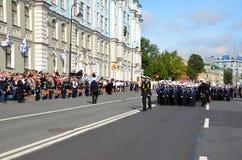Junge Seeleute am 1. September in St Petersburg Lizenzfreies Stockbild