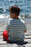 Junge am Seeufer Lizenzfreies Stockfoto
