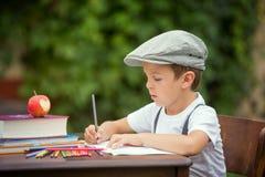 Junge, seine Hausarbeit von der Schule, Zeichnung und Schreiben in schreibend hallo Stockfotos