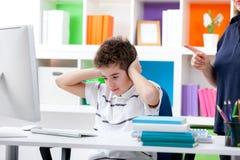 Junge seine Mutter hören nicht wünschen Lizenzfreie Stockbilder