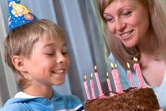 Junge in seinem Geburtstag Stockbild